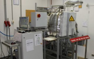 VersuchsaTest setup for conducting creep tests on typical furnace construction materialsufbau für die Durchführung von Kriechversuchen an typischen Ofenbauwerkstoffen. Foto - OWI