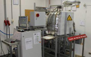 VersuchsaTest setup for conducting creep tests on typical furnace construction materialsufbau für die Durchführung von Kriechversuchen an typischen Ofenbauwerkstoffen. Foto - OWI