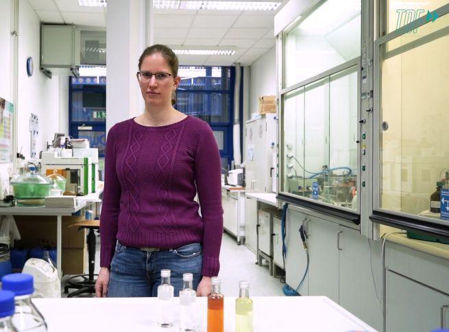 Frau im Chemielabor